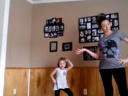 maman baise en cuisine même enceinte de 8 mois cette maman ne refuse pas une danse à sa fille