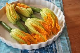 comment cuisiner les fleurs de courgettes fleurs de courgettes farcies végétariennes recette tangerine zest