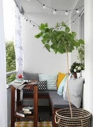 lichterkette fã r balkon romantische atmosphäre outdoor möbeln mit polsterkissen
