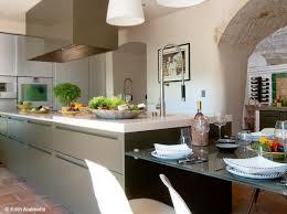 la cuisine d et une cuisine dans le prolongement de l îlot dans la cuisine de la