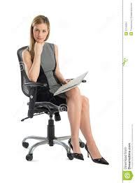 femme de bureau femme d affaires sûre with file sitting sur la chaise de bureau