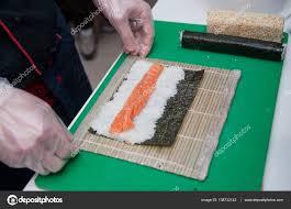 maitre de la cuisine maître sushi préparer des sushis dans la cuisine le nari a la
