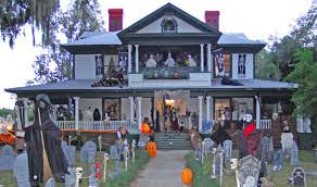Scary Halloween House Decorating Ideas by Best 25 Halloween Porch Decorations Ideas On Pinterest