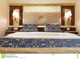 hotel de luxe avec dans la chambre chambre d hôtel de luxe avec la chambre à coucher confortable et