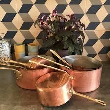 batterie de cuisine en cuivre cuisiner avec des casseroles en cuivre lejardindeclaire