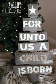 pallet christmas tree easy upcycled pallet christmas tree the pinning