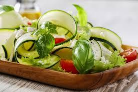 comment cuisiner les courgettes salade de courgettes crues recette avec des courgettes crues