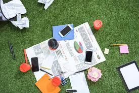 le de bureau verte tas des objets d affaires et des fournitures de bureau s étendant