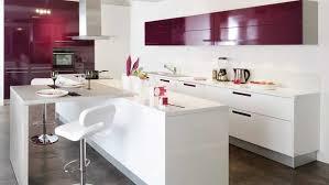 plan de travail cuisine blanc laqué cuisine parallèle bicolore blanche et aubergine barre de crédence