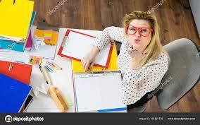 baise au bureau femme d affaires heureux dans coup de bureau photographie
