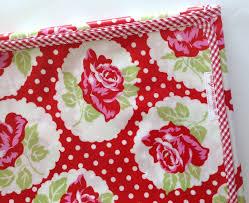 nappe en coton enduit nappe format carré coton enduit motif roses et pois sur fond