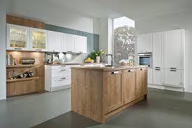 küche mit insel weiße küche mit insel in holzoptik
