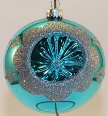 2 türkise und 2 pinke weihnachtskugeln aus glas mit reflex