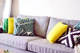 coussin canapé gris décoration appartement colorée le petit monde de julie
