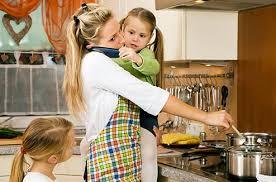 femme dans la cuisine rentrée se simplifier la vie en cuisine darty vous