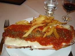 cuisine argentine milanesa a la napolitana con papas fritas