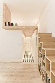 Couloir Moderne by Escalier Droit En Bois Clair Murs Blancs Dans Le Couloir Moderne