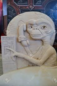 E T Phone Home Sand Sculpture Statue Et Phone Home Skilled Potter To Thailand Stock