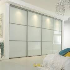 armoire chambre a coucher porte coulissante la porte de dressing coulissante garantit un style moderne pour