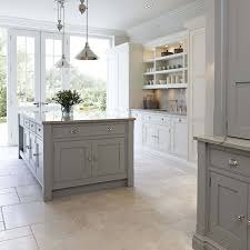 this contemporary shaker kitchen is the perfect addition to any