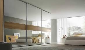 grande armoire chambre l armoire avec porte coulissante pour la chambre a coucher