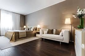 parquet pour chambre à coucher chambre coucher beige blanc parquet flottant bois foncé jpg 640 427