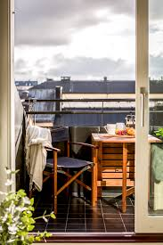 bank balkon klein balkon inrichten met een vaste bank tafel én hangmat