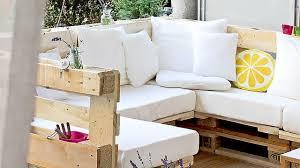 canap fait avec des palettes meuble de jardin en palette de bois côté maison