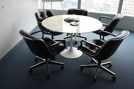 bureau rond table a pietement metal laque blanc soutenant un plateau rond en