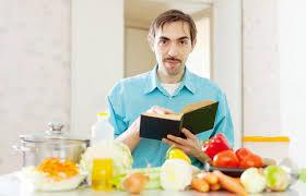 livre cuisine homme portrait de l homme avec le livre de cuisine dans la cuisine