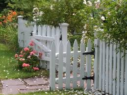 Cottage Garden Ideas Pinterest by Picket Cottage Garden Pretty Picket Fence Welcomes You Into The