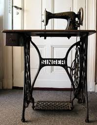 Singer Sewing Machine Desk File Singer Sewing Machine Table Jpg Wikimedia Commons