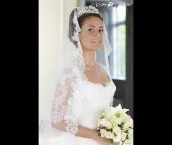 robe mari e la ravissante cavallier pose en robe de mariée diadème