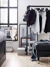 ersätt garderober med en klädställning för att få en luftigare