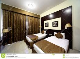 Schlafzimmer Braunes Bett Schlafzimmer Mit Geschlossenem Braunem Trennvorhang Und Zwei