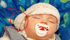 oignon dans la chambre cette mère met un oignon sous le lit de bébé la raison va