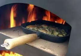 cuisine au feu de bois fours à bois multifonctions et techniques de cuisson au feu de bois