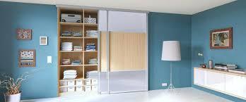 schlafzimmer gebraucht schrankwand schlafzimmer schiebeta 1 4 r vor einem einbauschrank