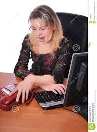 le bureau fille fille avec le téléphone dans le bureau fatigué du travail