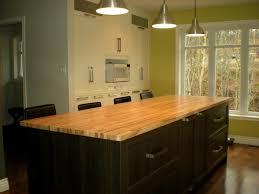 cuisine noir et jaune ilot de rangement en bois noir et table en bois jaune