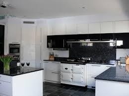 cuisine noir et blanc cuisine blanche avec plan de travail noir 73 idées de relooking