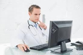 le sexe au bureau médecin de sexe masculin en utilisant un ordinateur au bureau