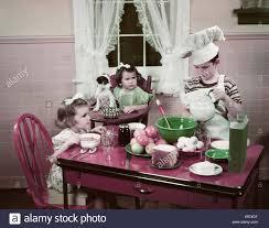 deux filles en cuisine ées 1940 ées 1950 boy deux filles au garçon de table de