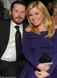 kelly clarkson and brandon blackstock pose for game of thrones