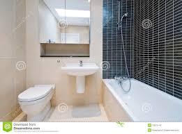 Steinfliesen Bad Modernes Ensuite Badezimmer In Der Beige Mit Schwarzen Fliesen