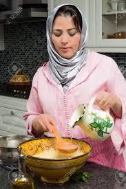 femme dans la cuisine femme immigrante marocaine dans la cuisine européenne moderne