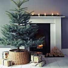 How To Decorate A Large Christmas Tree - how to cover a christmas tree base 38 ideas digsdigs