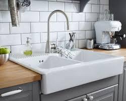 meuble evier cuisine ikea évier en porcelaine installé sur un plan de travail en bois