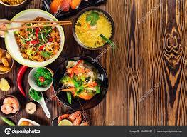 jeu de cuisine chinoise cuisine asiatique servi sur table en bois vue de dessus espace