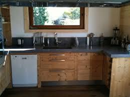 cuisine bois beton plan de travail et crédence en béton ciré dans chalet à megève